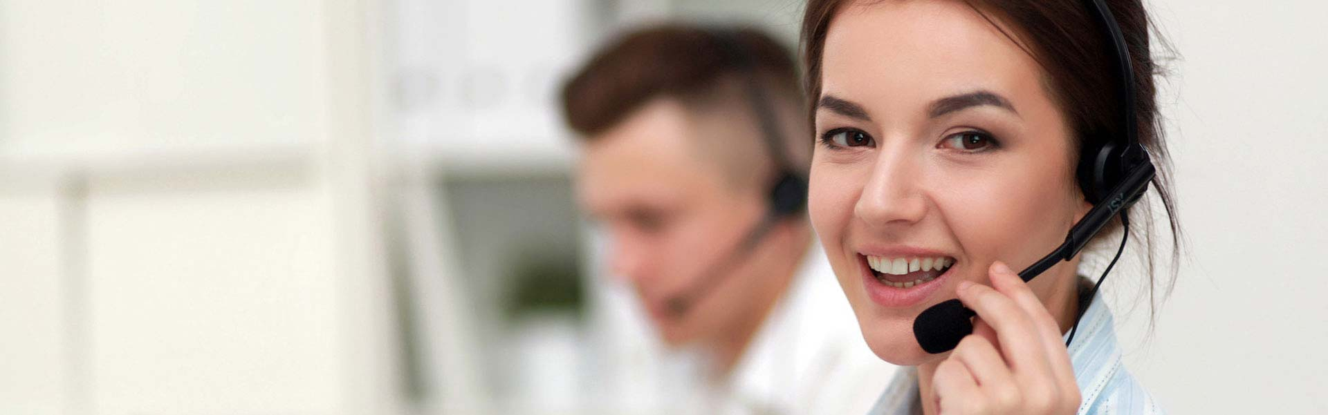 Frau in Callcenter telefoniert mit Headset